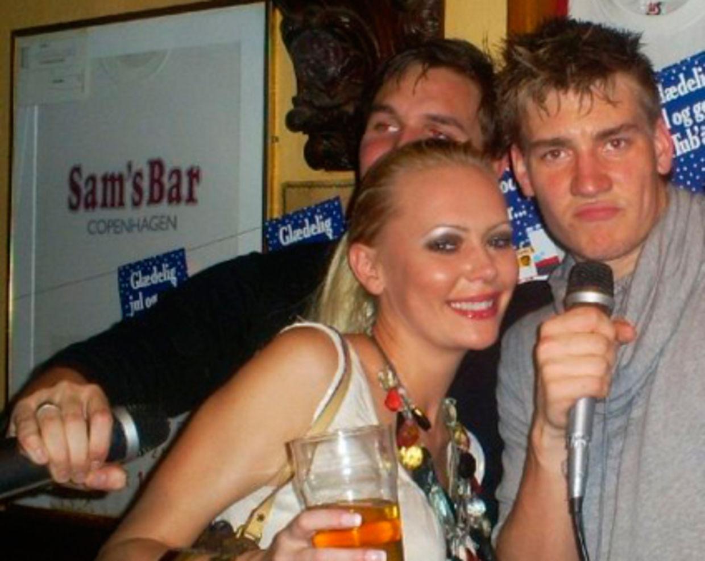 Nicklas Bendtner er 20 år gammel og nyder en aften på Sams Bar sammen med realitykendissen Susan K.