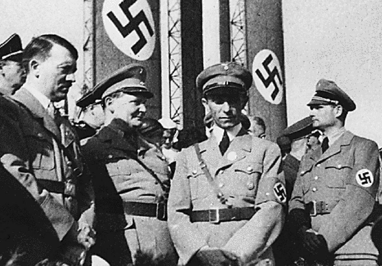 Adolph Hitler i selskab med tre af sine topfolk, Hermann Göring, Joseph Goebbels og Rudolph Hess.