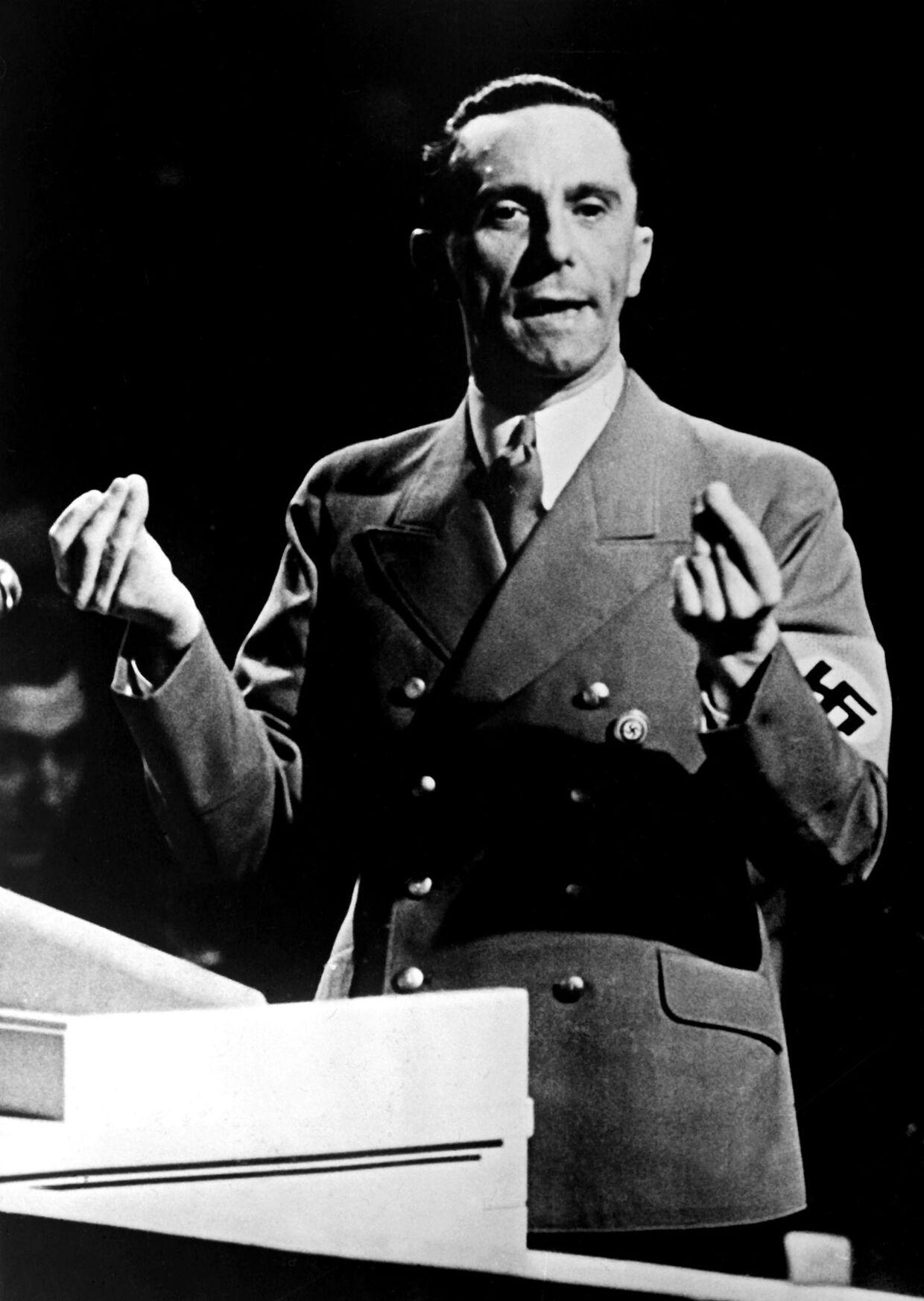 En flot mand med velplejede hænder, var Brunhilde Pomsels karaktestik af sin chef Joseph Goebbels. Men han var også en folkeforfører, og hun kunne knap kende ham, da han holdt sin berømte tale på Sportpalast i Berlin.