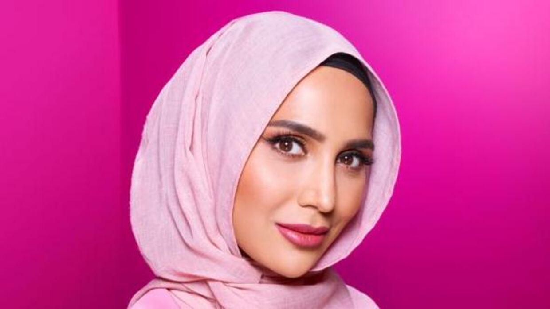 Skønhedsbloggeren Amena Khan ses her i kampagnen for L'Oreals hårprodukter.