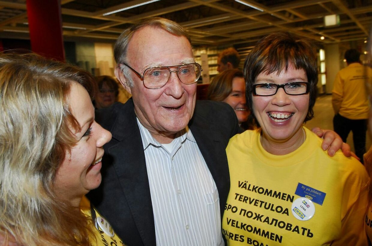 (FILES) In this file photo taken on November 15, 2006 Swedish furniture giant IKEA founder Ingvar Kamprad (C) poses with two of his employees during the opening of an IKEA store in Haparanda in northern Sweden. Ingvar Kamprad, the enigmatic founder of Swedish furniture giant IKEA, died aged 91 on January 28, 2018, the company said. / AFP PHOTO / SCANPIX SWEDEN / THORD NILSSON