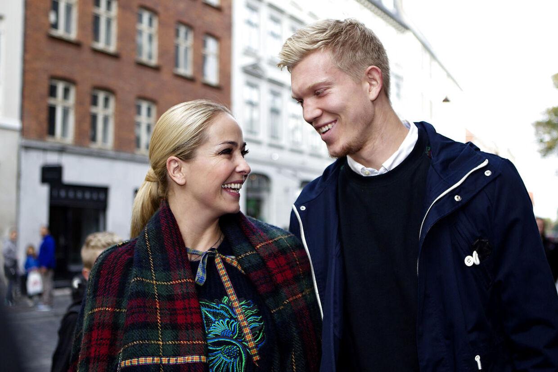 Ibi Støving og Simon Makienok ses her sammen ved et bryllup i 2013 hos tv-værten Jesp Dorph-Petersen og kæresten Louise Lehrmann.