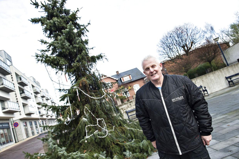 """Formanden for juleudsmykningen i Aars, Jørgen Sørensen, foran træet, der blev omtalt som """"Danmarks grimmeste juletræ"""""""