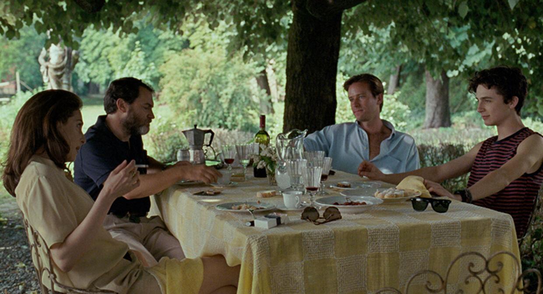 Lacoste, sejlersko og Ray-Ban-solbriller. Året er 1983, og vi er i Norditalien, hvor den sofistikerede 17-årige Elio tilbringer ferien i familiens lækre villa. Foto. UIP