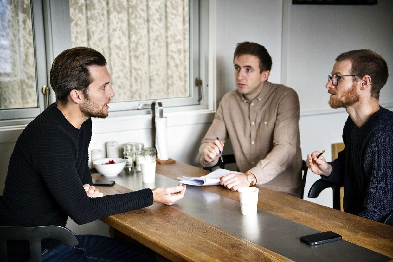 Rasmus Carstensens tømrerfirma blev hyret af Øens Murerfirma, der stod for hovedentreprise af Anna Mee Allerslevs lejlighed. Det fortæller han, da BT's journalister opsøger ham på hans kontor.