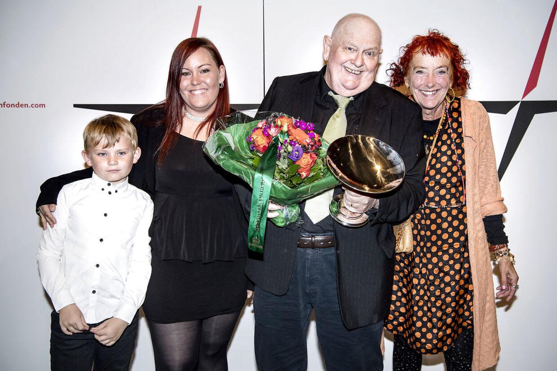 Ole Thestrup havde taget noget af familien med uddelingen af Lauritzen-prisen. Her er det hans kone Hanne, datteren Elise samt barnebarnet Emil.