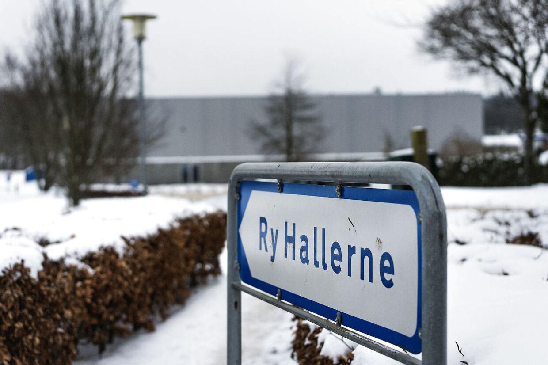 Det var ved Ry Hallerne, at de fire danske drenge om aftenen 6. februar sidste år angreb den dengang 16-årige Ali Akbari med to molotov cocktails. Den ene ramte ham og gav 1. og 2. grads forbrændinger på 30 pct. af kroppen, hovedsagligt benene. Arkivfoto.