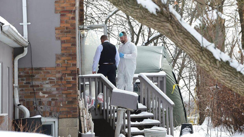 Politiet arbejder på den ejendom, hvor resterne af de seks lig blev fundet.