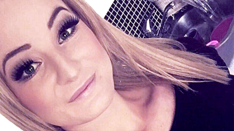 25-årige Cecilie Danris blev knivstukket 46 gange, da hendes eks-kæreste og faderen til hendes lille barn sparkede døren ind til hendes lejlighed og og overfaldt hende med en kniv. Cecilies mor, der var i lejligheden, kunne ikke stoppe eks-kærestens blodrus. Cecilies datter lå lige ved siden af sin mor, da hun blev stukket ned. Privatfoto af Cecilie inden hun blev tildelt de mange knivstik.