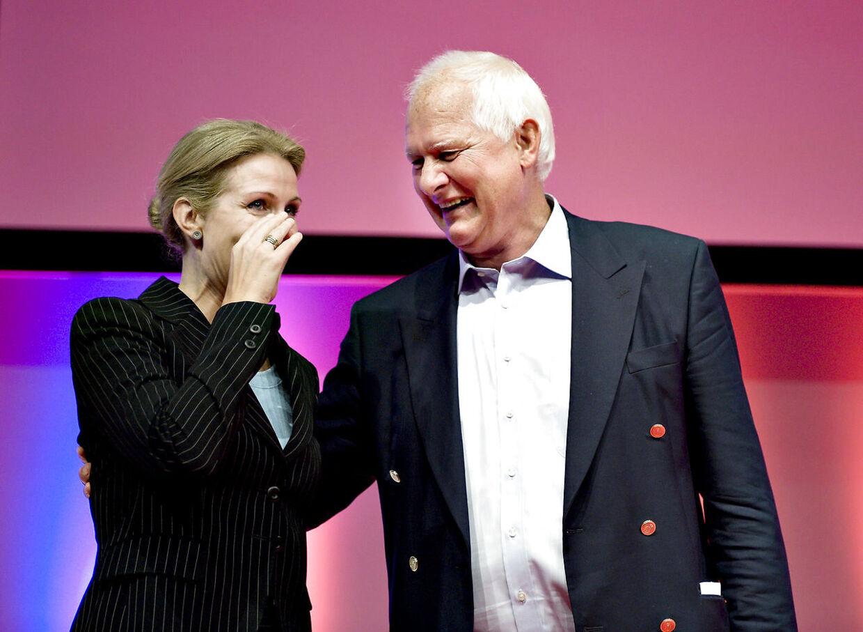 Sven Auken deltog i sit mangeårige liv som socialdemokrat i et utal af kogresser i partiet. Her bliver han hyldet under en S-kongres, da Helle Thorning-Schmidt var formand.