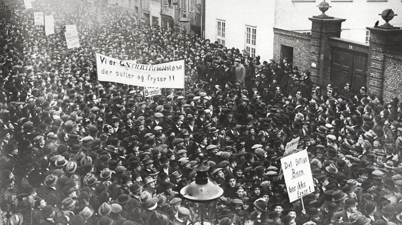 Revolutionære kræfter satte i 1918 kursen mod kapitalismens højborg - Børsen i København - og startede voldelige optøjer. Jubilæet fejres med et hyldestoptog i København. (Foto: Arbejdermuseet og Arbejderbevægelsens bibliotek & Arkiv/Scanpix 2018)