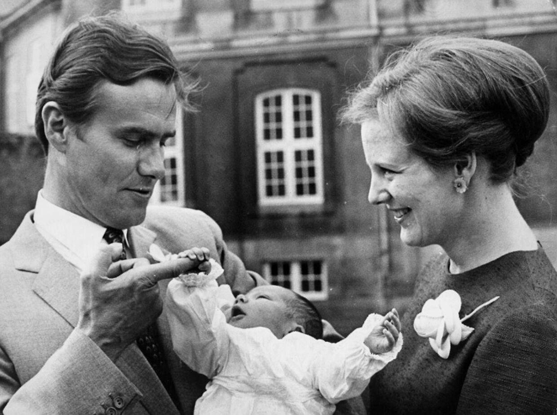De stolte nybagte forældre med deres førstefødte, kronprins Frederik som nyfødt.