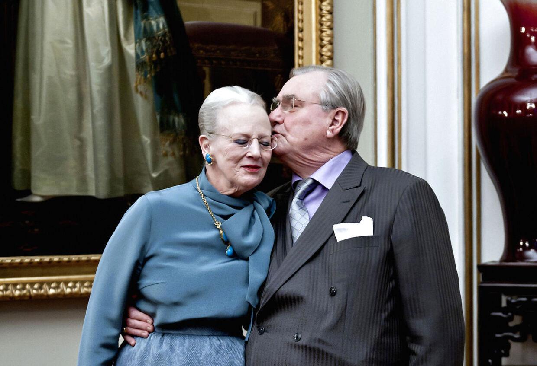 Hun kalder ham stadig 'Chéri', og han skriver stadig glødende kærlighedsdigte til hende, der får dem begge til at græde af bevægelse. Kærligheden mellem dronning Margrethe og prins Henrik har været intakt i alle deres år sammen. Her kysser Henrik kærligt sin hustru, inden han overlader hende til pressen og pressemødet på Amalienborg i deres hjem, Christian IX's Palæ, i anledning af Dronningens 40 års jubilæum som regent i 2012.