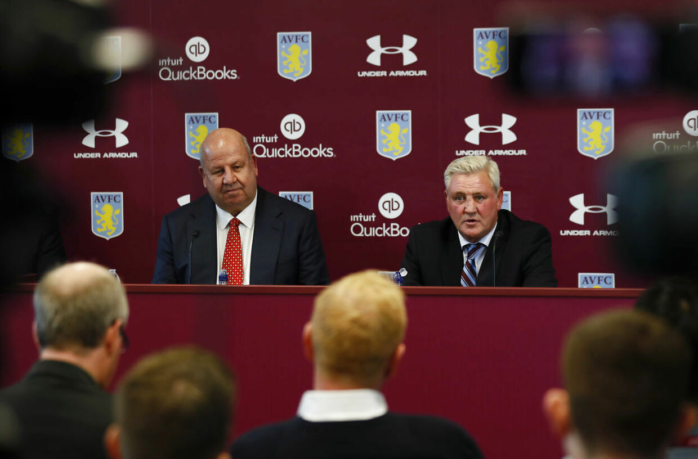 Keith Wyness (tv) bekræfter, at Aston Villa kommer til Danmark på tirsdag. Til højre ses Aston Villas manager, Steve Bruce.