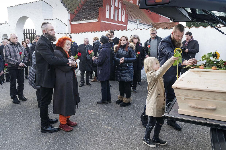 Skuespiller Ole Thestrup blev søndag bisat fra Hørby Kirke på Tuse Næs ved Holbæk.