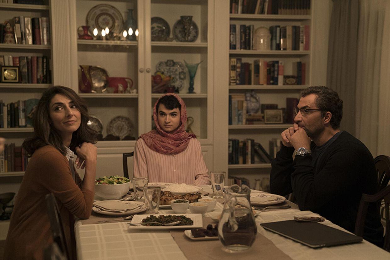 Vi følger også familien Shokrani, hvor sønnen Navid går med makeup og hijab, men kun indenfor hjemmets fire vægge. Foto: HBO Nordic