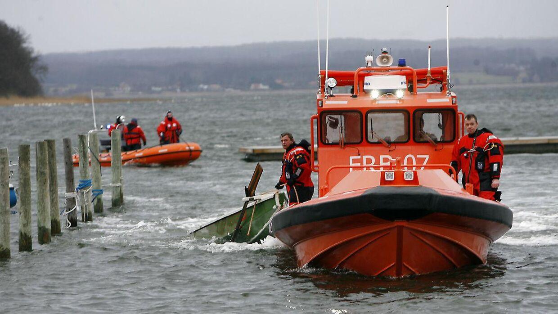 Redningsberedskabet kommer ind med den forulykkede båd ved Præstø d. 11. februar.
