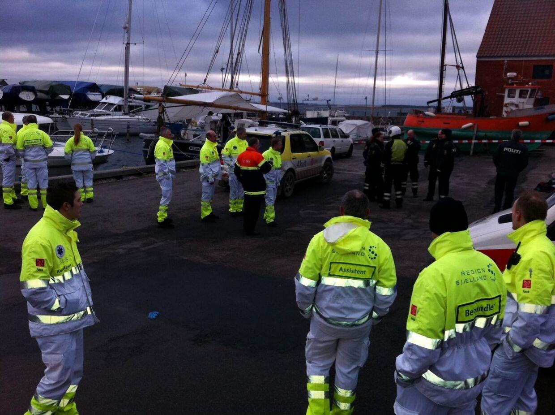 Alle 15 personer fra Lundby Efterskole er nu reddet op af vandet efter en kæntringsulykke på Præstø Fjord. - Alle 15 personer er nu reddet op af vandet, oplyser Tom Stysiek fra Sydsjællands og Lolland-Falsters Politi. 13 elever og to lærere var sejlet ud i en dragebåd, som er en lang kano med plads til mange. Båden kæntrede af endnu ukendte årsager cirka halvanden kilometer ude i fjorden.(Henrik Larsen/POLFOTO)