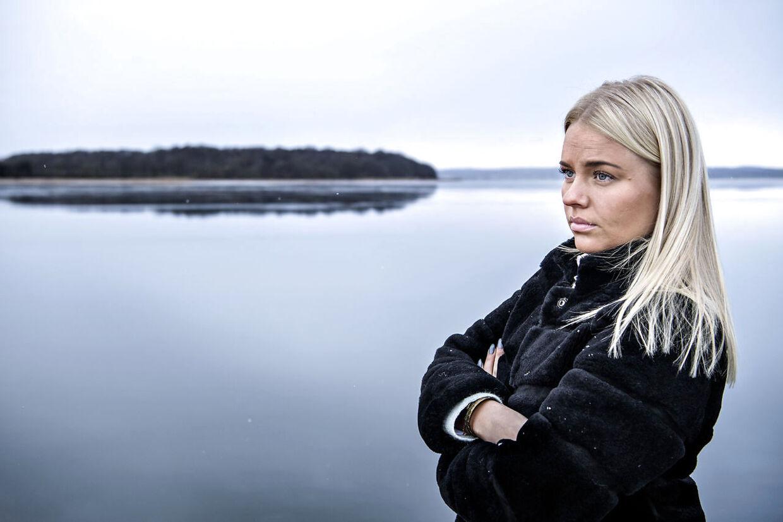 Karoline Sofie Klit står ved det sted, de sejlede ud den skæbnesvangre dag for syv år siden. I forsøget på at redde sig selv, svømmede hun mod skoven bag hende. Det lykkedes to af hendes kammerater at nå i land. Den ene løb 2,1 kilometer gennem skoven til en autoforretning, der ringede 112.