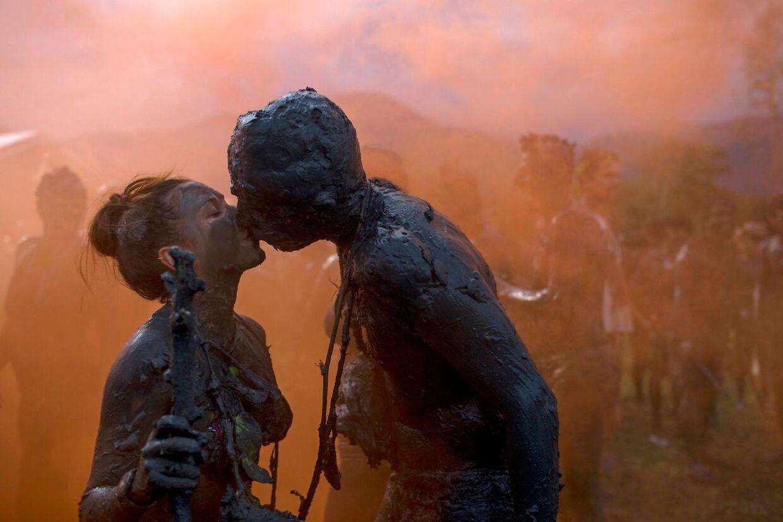 To deltagere kysser på festivalen.
