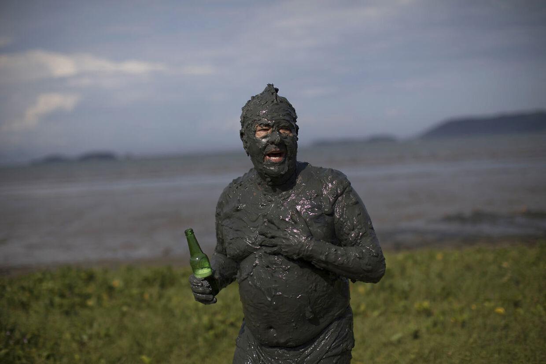 Her ses en mudderdækket festivalgænger