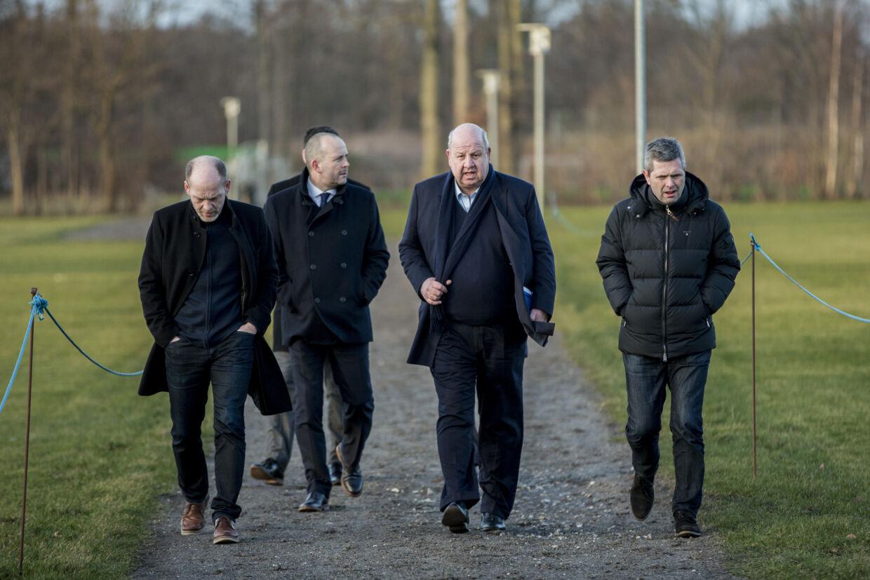 Aston Villas direktør Keith Wyness (nummer to fra højre) flankeret af Lyngbs nye direktør, Birger Jørgensen, ser på forholdene i Lyngby Boldklub.