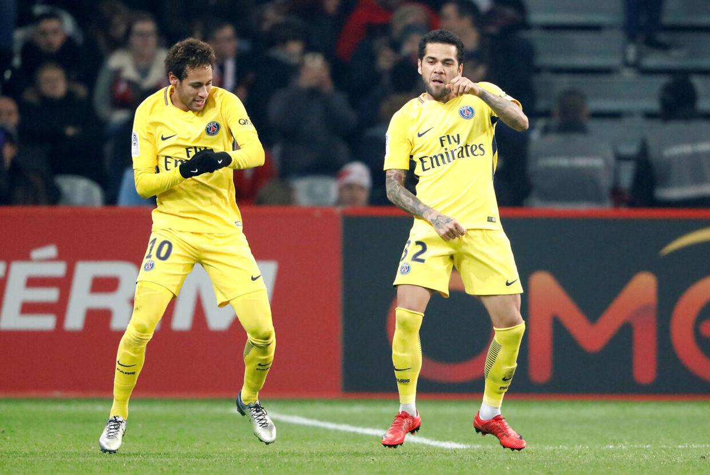 Neymar fejrer en scoring med Dani Alves.