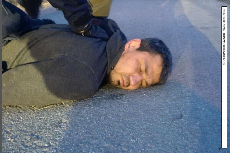 Rakhmat Akilov ved anholdelsen i Marsta, nord for Stockholm, efter lastbilangrebet i den svenske hovedstad den 7. april, hvor fem blev dræbt og 15 andre blev såret. Reuters/Handout