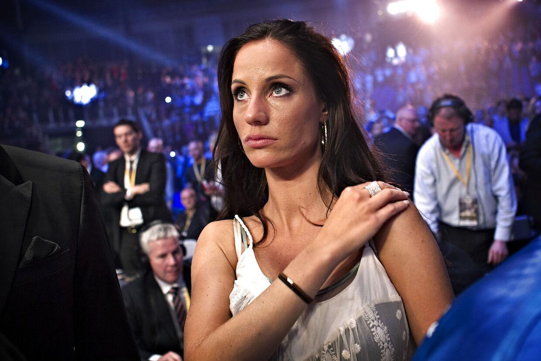 Lea Hvidt ser til, da Mikkel Kessler taber til Carl Froch i O2 Arena i London.