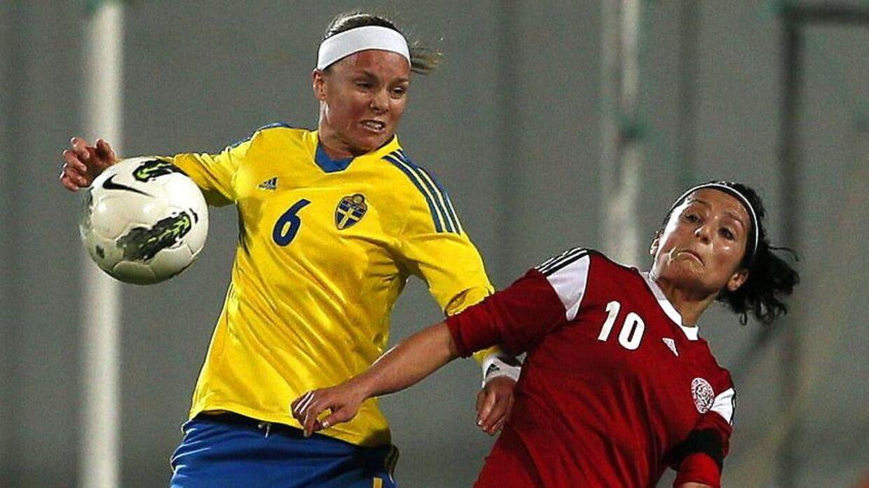 Sverige har stillet sig tilfredse med, at de vinder den aflyste kamp mod Danmark med 3-0, og at Danmark får en bøde. Her ses danske Nadia Nadim (th) i aktion mod svenskerne ved en tidlgiere lejlighed.