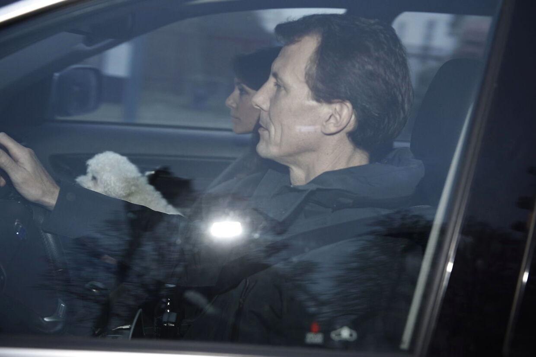 Prins Joachim og prinsesse Marie forlader Fredensborg slot. På Maries skød sidder hunden Apple.