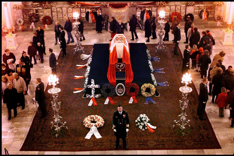 Dronning Ingrid ligger på castrum doloris i Christiansborg Slotskirke i november 2000. Scanpix/Bax Lindhardt