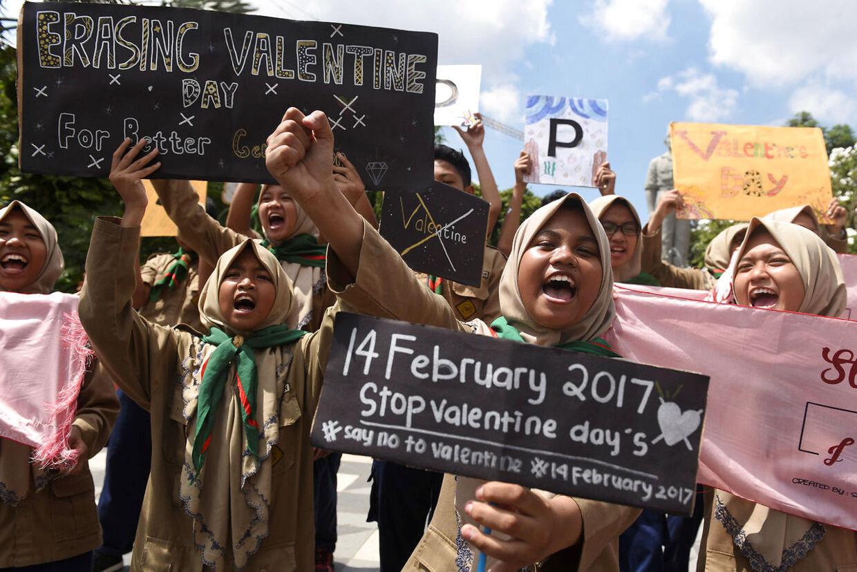 Muslimske studenter i Surabaya demonstrerede allerede sidste år mod fejringen af Valentins Dag i Indonesien.