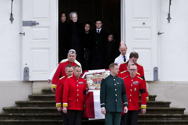 "Dronning Margrethe og prins Christian i døren. Prins Henriks båre overføres fra Fredensborg Slot til Christian IX""s Palæ, Amalienborg Slot, torsdag den 15. februar 2018."