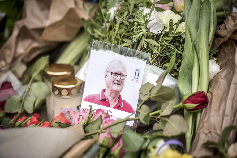 Blomster og hilsner foran Amalienborg, torsdag den 15. februar 2018.