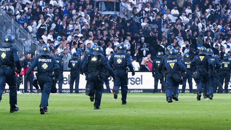 Ekstra betjente løber ned mod FCK fans under Superligakampen mellem Brøndby IF og FCK, søndag den 6. august 2017.