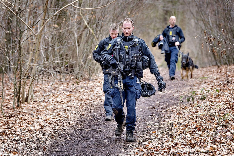 Politiet har iværksat en kæmpe menneskejagt søndag d. 18. februar 2018, efter en øksemand umotiveret overfaldt et 19-årigt par på en Circle K-station i Birkerød. Betjente forlader skoven Bistrup Hegn efter forgæves eftersøgning.