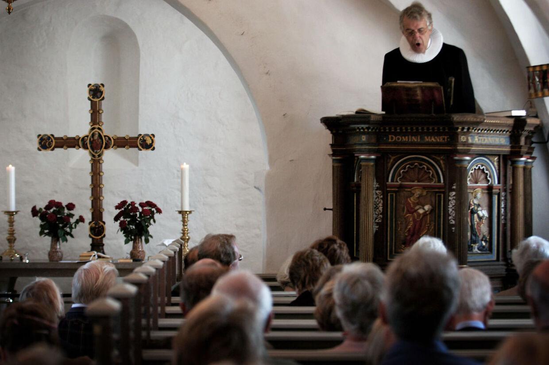 Arkivfoto af Grønholt kirke. Her ses præsten Lars Tjavle ved en tidligere gudstjeneste.