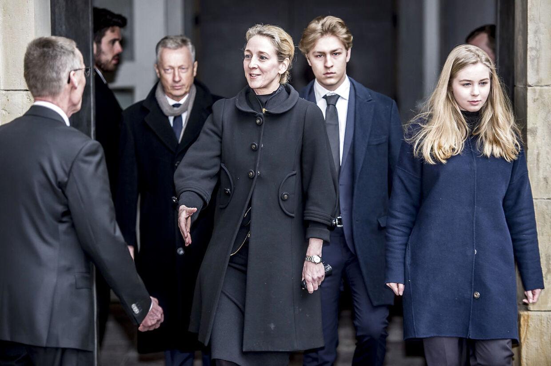 Prinsesse Alexandra forlader sammen med sine børn grev Richard og komtesse Ingrid Castrum Doloris for særligt indbudte gæster i Christiansborg Slotskirke.