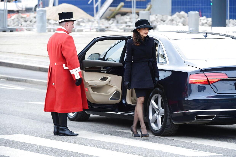 Grevinden Alexandra ankommer inden Prins Henrik bisættes fra Christiansborg Slotskirke i København.