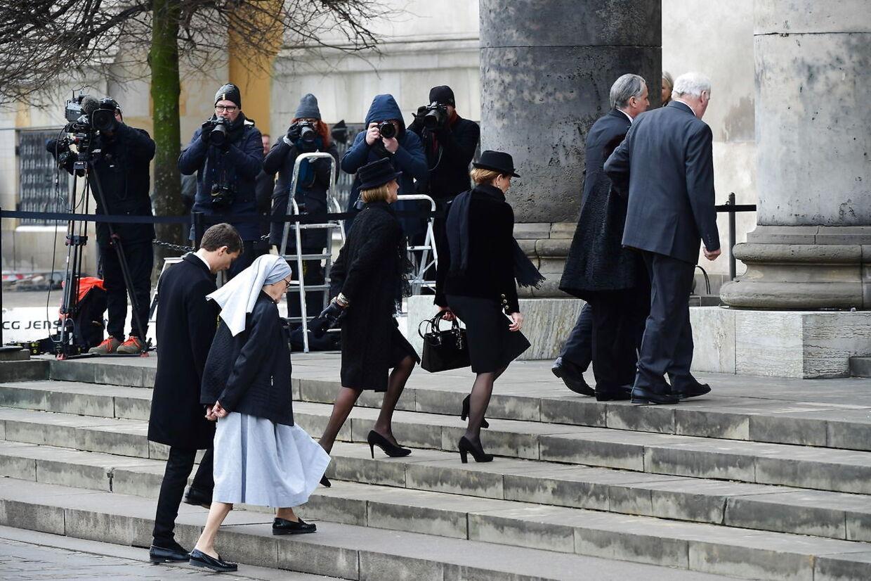 Den franske familie ankommer inden Prins Henrik bisættes fra Christiansborg Slotskirke i København.