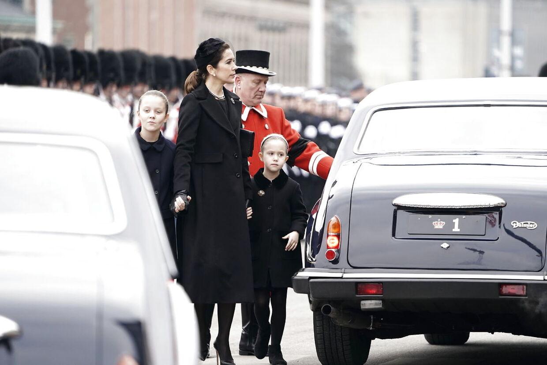Kronprinsesse Mary med døtrene.