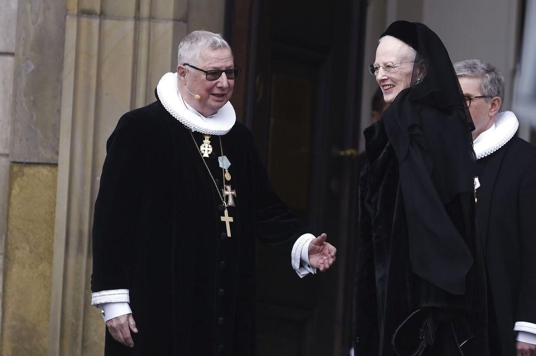 Dronning Margrethe og præst Erik Norman Svendsen, der skal stå for bisættelsen.