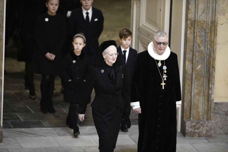 H.M. Dronning Margrethe og kongelig konfessionarius Erik Norman Svendsen på vej ind i kirken