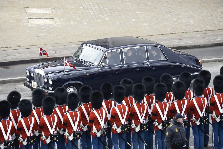 Medlemmer af den kongelige familie forlader Christiansborg Slotskirke efter den kirkelige handling.
