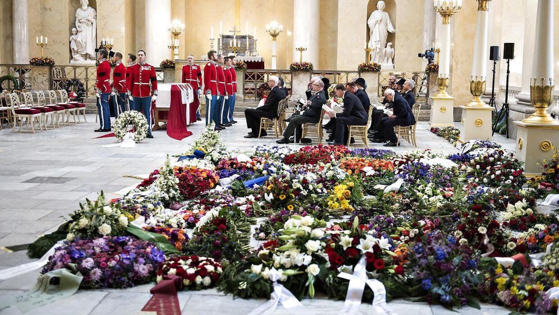 Blomsterkranse på gulvet ved Prins Henriks bisættelse fra Christianborg Slotskirke i København, tirsdag den 20. februar 2018. Blomsterne var arrangeret som 'en blomstrende have'.