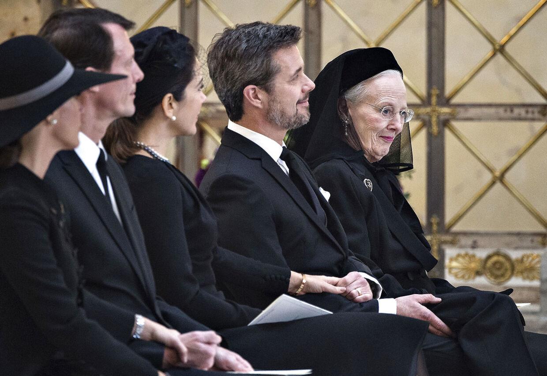 Den kongelige familie holder i hånd under Prins Henriks bisættelse