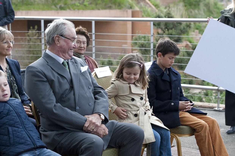 En af de protektioner, prins Joachim med stor fordel vil kunne overtage efter prins Henrik, er Zoologisk Have i København, som Prinsen her på billedet besøger sammen med prinsesse Isabella, prins Nikolai og prins Christian, der anes yderst til højre.