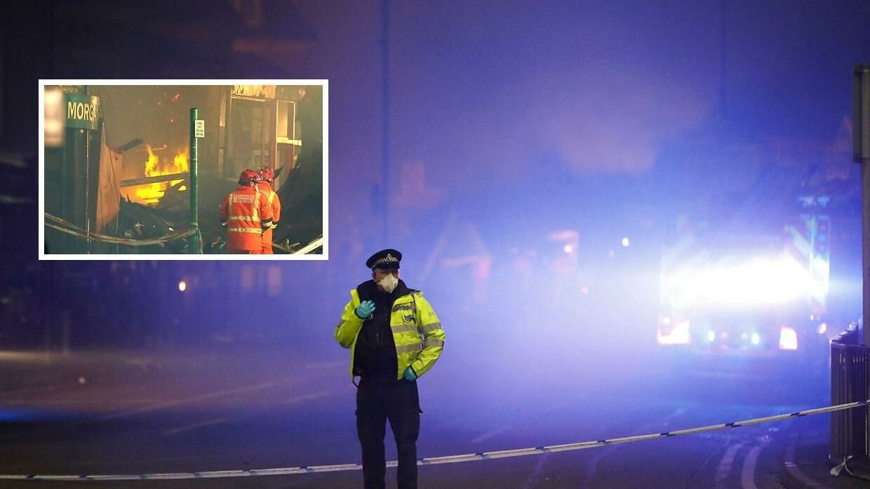 Brandfolk og betjente på gaden i Leicester. Søndag aften.