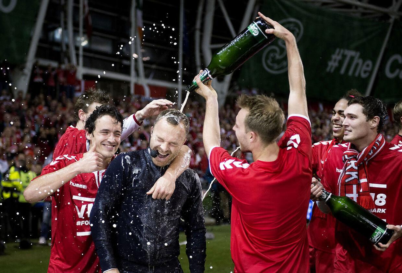 Lars Jacobsen blev overhældt med øl efter Danmarks 5-0-triumf mod Irland, hvor han var ekspert for Kanal 5. (Foto: Liselotte Sabroe/Scanpix 2017)